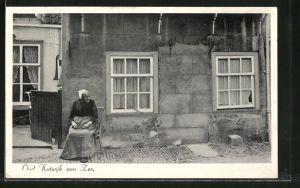 AK Oud-Katwijk aan Zee, Alte Frau vor ihrem Haus