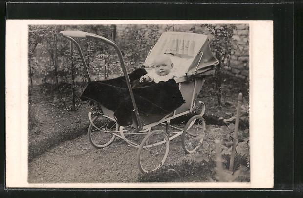 Foto-AK Baby in einem Kinderwagen