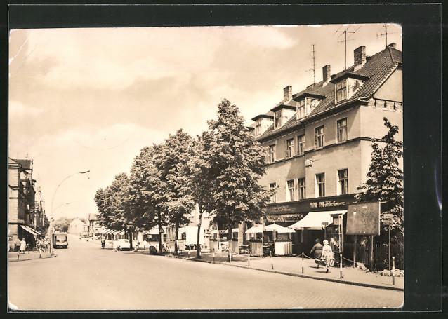 AK Weisswasser, Muskauer Strasse mit Passanten und Geschäften 0