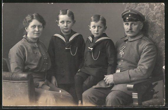 Foto-AK Unteroffizier mit EK II und Familie