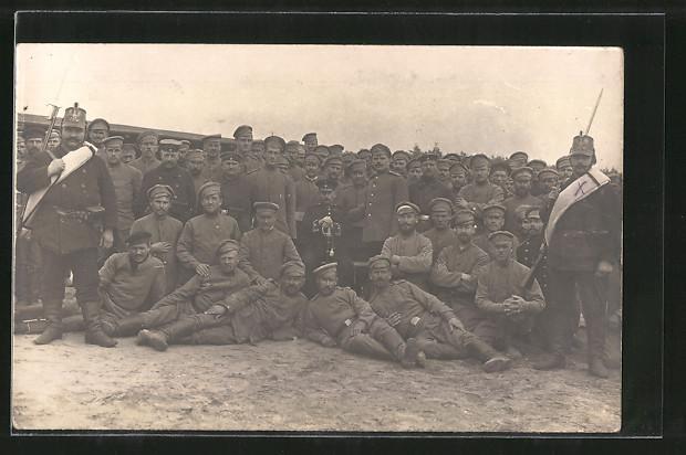Foto-AK Landwehr mit Tschako und russische Kriegsgefangene