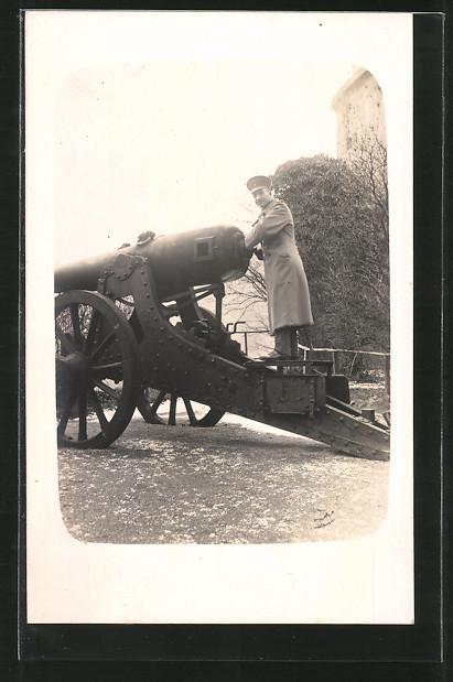 Foto-AK Feldgrauer Soldat und antikes Geschütz 0