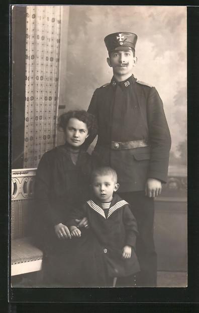Foto-AK Landsturmmann mit Kragenspiegel 89 und Familie 0