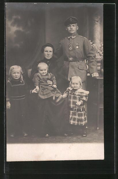 Foto-AK Feldgrauer mit EK II und Orden und Familie