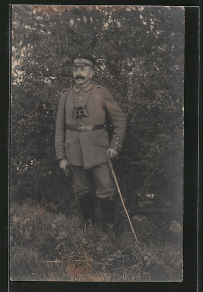 Foto-AK Feldgrauer Unteroffizier mit Feldstecher 0