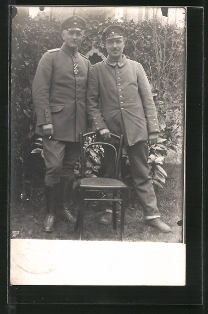 Foto-AK Feldgrauer Leutnant mit EK II und Kamerad