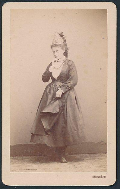 Fotografie R. Schröer, Saaz, Portrait hübsche Frau trägt modischen Kopfschmuck