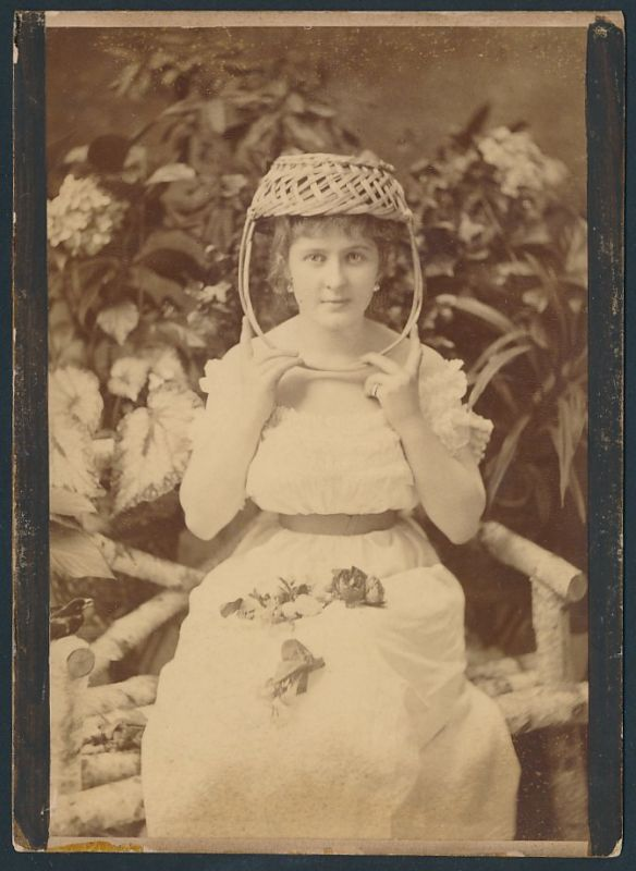 Fotografie Fotograf und Ort unbekannt, Portrait hübsche Frau trägt Korb als Kopfbedeckung