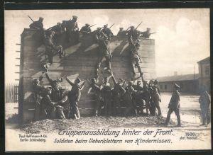 Riesen-AK Truppenausbildung hinter der Front, Infanteristen überklettern Hinderniss