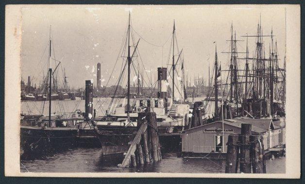 Fotografie Fotograf unbekannt, Ansicht Hamburg, Schiffe im Hafen 0