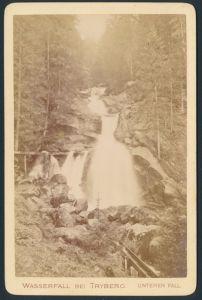 Fotografie Fotograf unbekannt, Ansicht Triberg, Partie am Wasserfall, rückseitig Gedicht Strick von Lingschoten