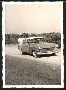 Fotografie Auto, stolzer Fahrer posiert neben Limousine, PKW