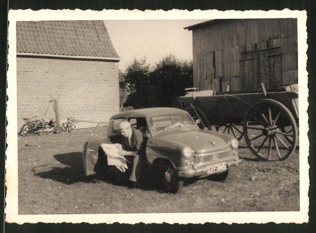 Fotografie Fotograf unbekannt, Ansicht Segeberg, Auto Lloyd, Fahrer mit Zeitung sitzt im PKW, Kfz-Kennz. BH31-3045