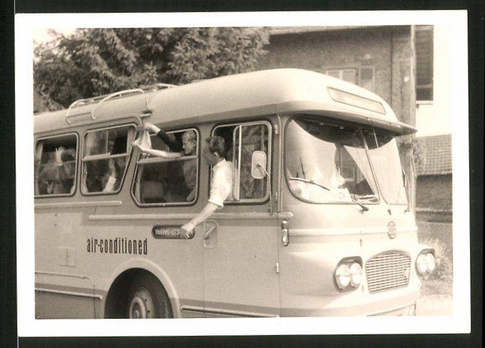 Fotografie Bus, Reisebus, Omnibus mit Schild hinter Windschutzscheibe