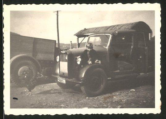 Fotografie LKW, Lastwagen, Knabe auf Kotflügel sitzend, Kfz-Kennz. AH23-5288