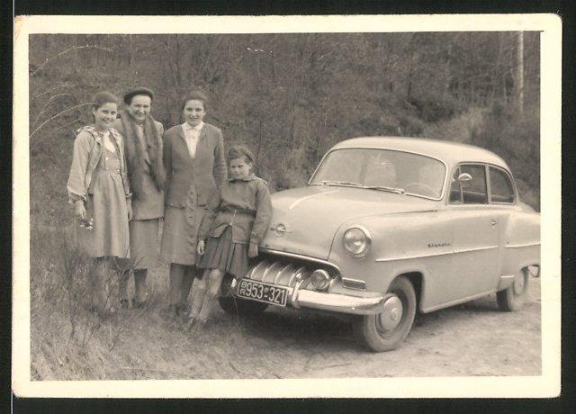 Fotografie Auto Opel Olympia, hübsche Frauen posieren am PKW
