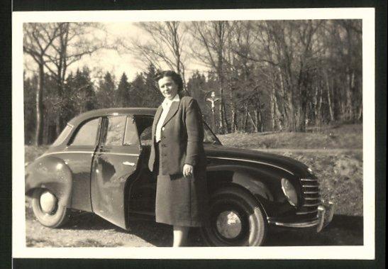Fotografie Auto DKW 1000, Frau posiert am PKW