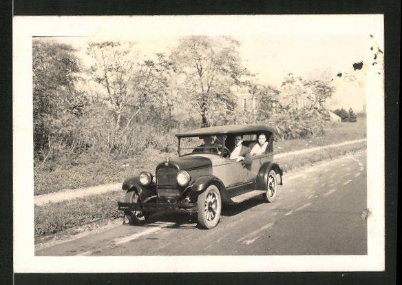 Fotografie Auto Cabrio, Mäner bei Ausfahrt im Cabriolet mit Kühlerfigur