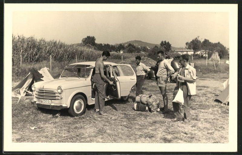 Fotografie Auto Lloyd, junge Männer mit PKW auf einem Campingplatz