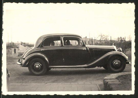 Fotografie Auto Mercedes Benz, schwarze Limousine auf einem Parkplatz