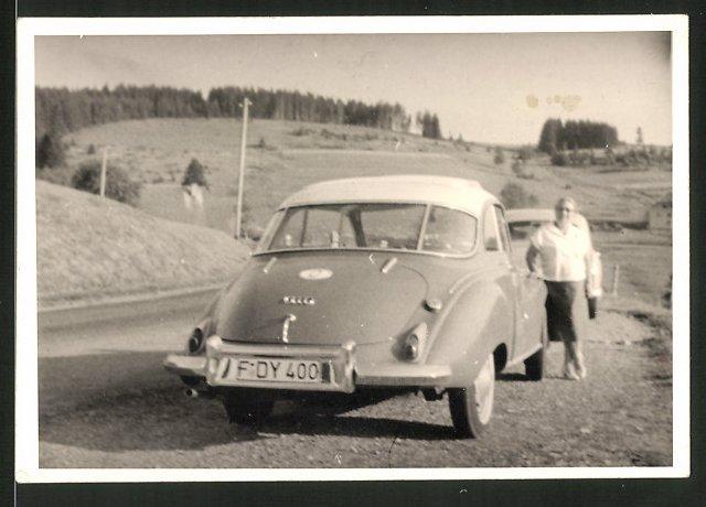 Fotografie Auto Audi-DKW, Hausfrau am PKW mit Faltdach
