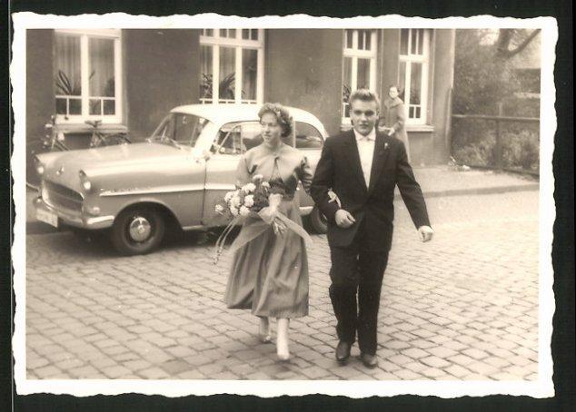 Fotografie Auto Opel Rekord, junges Paar vor PKW