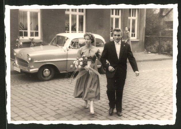 Fotografie Auto Opel Rekord, elegantes Paar vor dem PKW