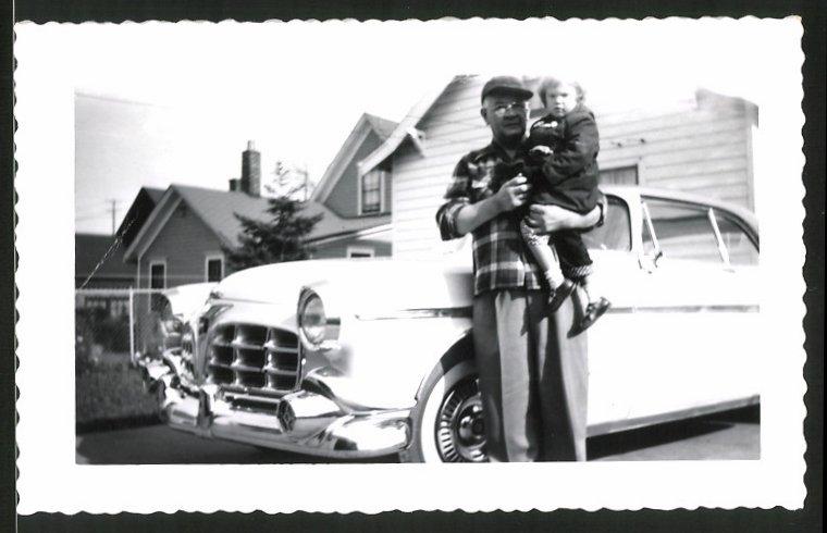 Fotografie Auto, US-Car, Grossvater mit Enkel neben Strassenkreuzer