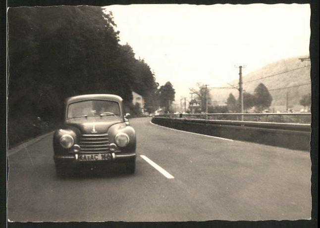 Fotografie Auto DKW, PKW auf Landstrasse neben Eisenbahntrasse