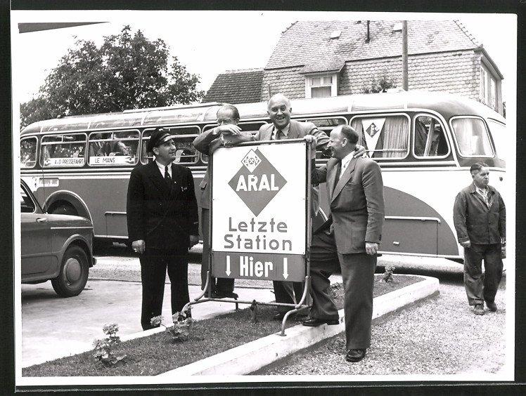 Fotografie Bus, Omnibus Pressefahrt nach Le Mans an der Letzten ARAL-Tankstelle vor der Grenze, Busfahrer