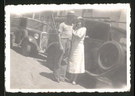 Fotografie Auto Citroen Kastenwagen, junges Paar steht vor Transporter