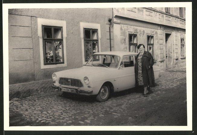 Fotografie Auto, Hausfrau posiert stolz neben weissen PKW