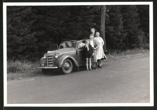 Fotografie Auto Opel, Frauen und Knabe posieren am PKW, Kfz-Kennz. AH41-3918
