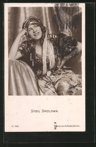 AK Schauspielerin Sybil Smolowa lächelnd mit Kopftuch posierend