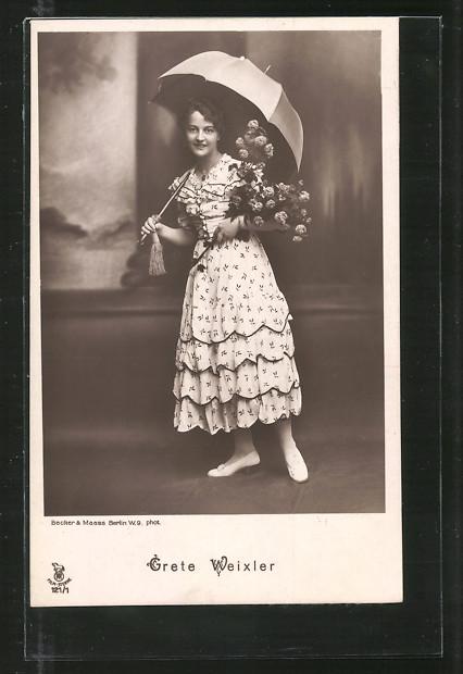 AK Schauspielerin Grete Weixler mit Blumenstrauss und Schirm posierend