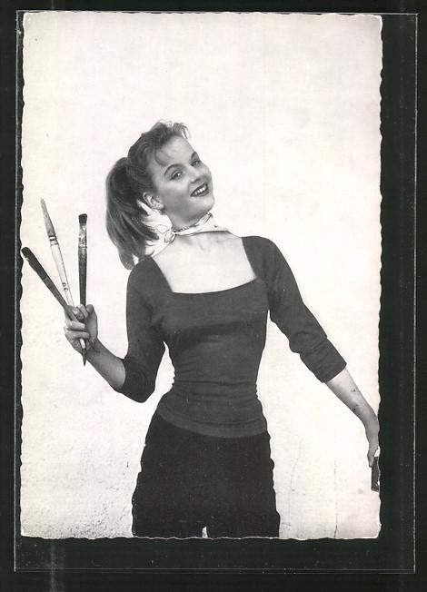 AK Schauspielerin Heidi Brühl mit Pinseln posierend
