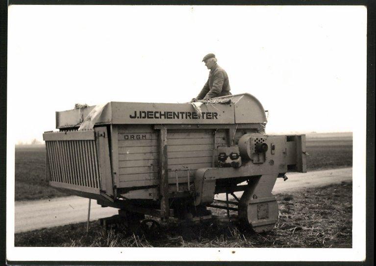 Fotografie J. Dechentreiter Heuballenpresse, D.R.G.M., Bauer bedient landwirtschaftliche Maschine