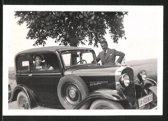 Fotografie Auto Opel, Paar mit PKW, Kfz-Kennz. IA-22833