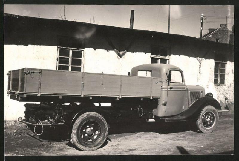 Fotografie LKW Ford, Lastwagen-Pritsche auf einem Werkhof