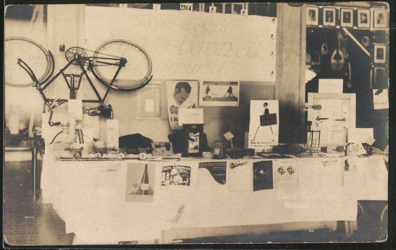 Fotografie Ausstellung, Messestand mit Fahrrad & Reklameplakaten