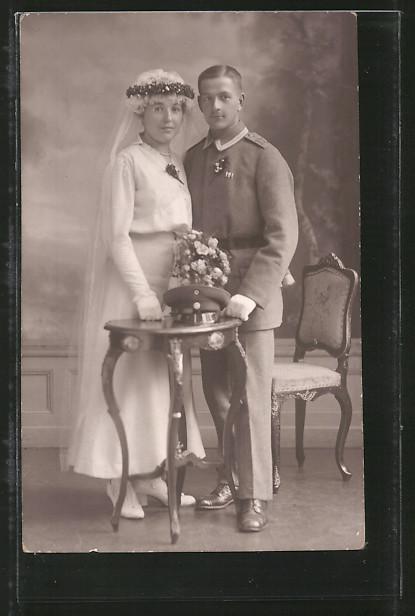 Foto-AK Traunung in Uniform, Feldgrauer Unteroffizier von Regt. 107 und Braut