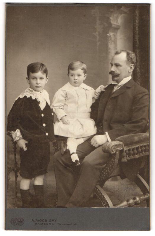 Fotografie A. Mocsigay, Hamburg, Portrait Vater mit seinen Söhnen