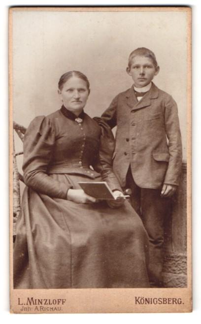 Fotografie L. Minzloff, Königsberg, Portrait Mutter und Sohn