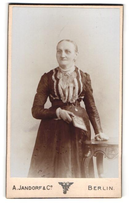 Fotografie A. Jandorf & Co., Berlin, Portrait einer alten Frau mit Buch