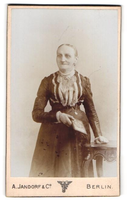 Fotografie A. Jandorf & Co., Berlin, Portrait alte Frau mit Buch