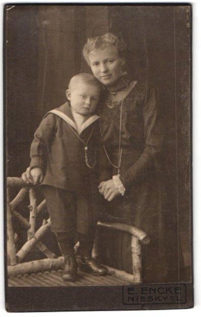 Fotografie E. Encke, Niesky o/L, Portrait Mutter und Sohn