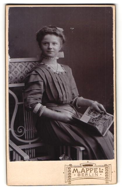Fotografie M. Appel, Berlin, Portrait Fräulein mit Hochsteckfrisur