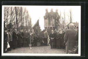 Foto-AK Bad Pyrmont, Versammlung der Pyrmonter Schützengesellschaft vor dem Kriegerdenkmal