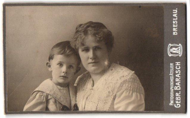 Fotografie Gebr. Barasch, Breslau, Portrait Mutter und Sohn