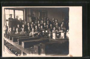 Foto-AK Arbeiter in Werkstatt
